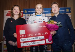 SKS Andreas Lundin till höger är med och delar ut priset till Stina Nilsson.