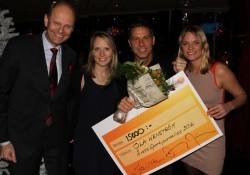 Ola Wenström tar emot priset som Årets Sportjournalist 2016. På bilden syns även prisutdelare Lasse Granqvist och SSF:s Lisa Edwinsson och SKS Jenny Modin.