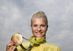 Jenny Rissveds poserar med sin guldmedal. Foto: Bildbyrån