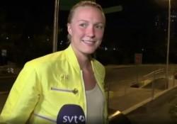 SVT:s Maria Wallberg intervjuar Sarah Sjöström utanför OS-området.